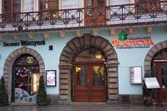 POLEN KRAKOW - JANUARI 01, 2015: Restauranger i det historiska pet Royaltyfri Bild