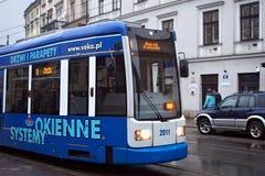 POLEN KRAKOW - JANUARI 01, 2015: SpårvagnBombardierFlexity klassiker i den historiska delen av Krakow i vinter Arkivbild
