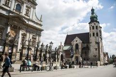Polen krakow 08 05 2015 lokala personer under dagligt liv av berömda byggnader och monument Royaltyfria Bilder