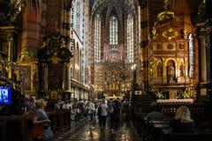 POLEN KRAKOW - MAJ 27, 2016: Öppning av det huvudsakliga altaret av det medeltida Stet Mary ' s-kyrka i Krakow Fotografering för Bildbyråer