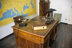 POLEN KRAKOW - MAJ 27, 2016: Arbetsskrivbord av Oskar Schindler Schindler' s-fabriksmuseum i Krakow Arkivbilder