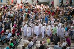 POLEN KRAKOW - MAJ 28, 2016: Fristad i Lagiewniki Öppen katolsk festmåltid i basilika av den gudomliga förskoningen Royaltyfri Fotografi