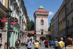 POLEN KRAKOW - MAJ 27, 2016: Medeltida torn av Florian Gate i Krakow, Polen Royaltyfri Fotografi