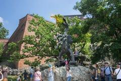 POLEN KRAKOW - MAJ 27, 2016: Skulpturen av den berömda Wawel draken namngav Smok Fotografering för Bildbyråer