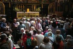 POLEN KRAKOW - MAJ 27, 2016: Turister i förväntan av öppningen av det huvudsakliga altaret av Stet Mary ' s-kyrka i Krakow Arkivfoto