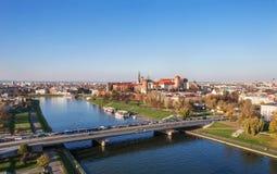 Polen: Krakow panorama med den Zamek Wawel slotten i höst Fotografering för Bildbyråer