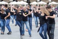 POLEN KRAKOW 02,09,2017 pojkar och flickor dansar latinsk danci Royaltyfria Bilder