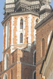 Polen Krakow, st Mary Curch Towers, middag, spela för trumpetare Royaltyfria Bilder