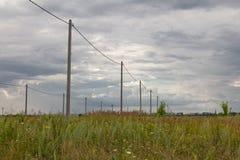 Polen met elektriciteit in stock afbeeldingen