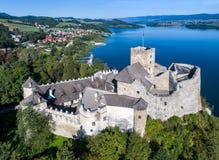 polen Mittelalterliches Schloss Zamek in Niedzica Schattenbild des kauernden Geschäftsmannes Stockbilder