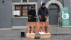 POLEN, WARSCHAU 9-11-2018: Leistung Marionettenspielinstrumente auf dem kleinen Stadium Leute steuern die Marionetten stock video footage
