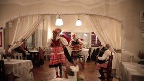 Polen, Warshau 9-11-2018: Een gekostumeerde gebeurtenis Mensen het dansen nationale dansen in authentieke kostuums stock video
