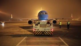 POLEN, WARSHAU 10-11-2018: Een luchthaven Schopfembleem stock videobeelden