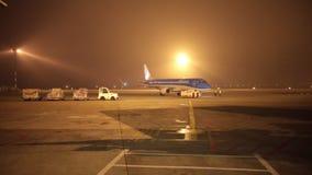Polen, Warshau 10-11-2018: Een overzicht van vliegtuigen die over landingsterrein berijden De luchtvaartlijnen van 'KLM ' stock videobeelden