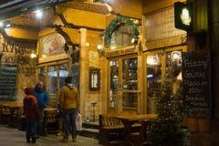 POLEN ZAKOPANE - JANUARI 03, 2015: Traditionell trärestaurang på gatan i Zakopane i julgarneringen Royaltyfri Bild