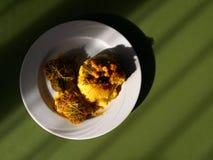 Polenta amarelo tradicional da farinha de milho com nosecc, rolos da couve, de Bergamo, em um fundo da tabela - alimento típico n imagens de stock