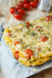 Polenta avec les tomates et le fromage séchés au soleil images stock
