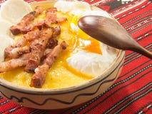 Polenta bulz mit gebratenem Speckkäse und -eiern stockfoto