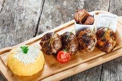 Polenta côtelettes de viande et semoule de maïs ou de gruau délicieuse juteuse de maïs avec du fromage de chèvre sur la planche à photos libres de droits