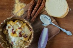 Polenta con queso y salchichas foto de archivo