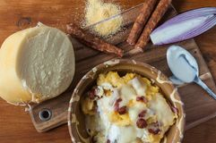 Polenta con queso y salchichas imagen de archivo