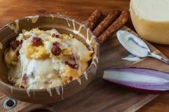 Polenta con queso y salchichas fotografía de archivo
