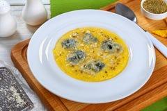 Polenta crémeux délicieux chaud de Gorgonzola, plan rapproché image libre de droits