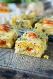 Polenta de maïs avec des tomates-cerises photographie stock