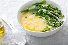 Polenta de queijo com abundância dos vegetais imagens de stock