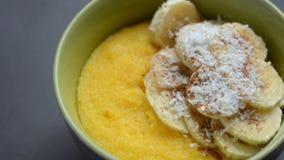 Polenta del porridge del cereale, semola di granturco concetto sano della prima colazione Priorità bassa dell'alimento video d archivio