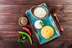 Polenta delicioso - sémola de maíz de las gachas de avena del maíz con queso, mantequilla y crema agria de cabra en fondo de made fotos de archivo libres de regalías