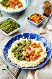 Polenta do queijo com pesto nuts da manjericão e os grãos-de-bico picantes roasted Imagem de Stock Royalty Free