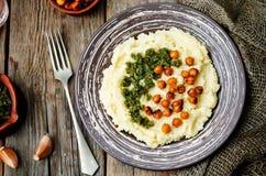 Polenta do queijo com pesto nuts da manjericão e os grãos-de-bico picantes roasted Fotos de Stock