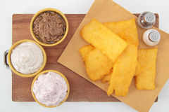 Polenta fritto con salsa sulla tabella bianca fotografie stock libere da diritti