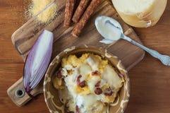 Polenta med ost och korvar Arkivbild