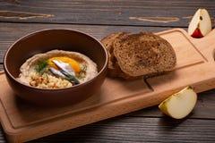 Polenta med smör och ost i platta på den lantliga tabellen, traditionell italiensk sidomaträtt arkivfoto