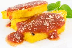 Polenta med tomatsås och parmesanost royaltyfri bild