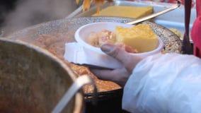 Polenta met koolbroodjes stock video
