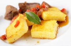 Polenta mit Fleisch Stockbild
