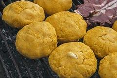 Polenta mit Käse und Fleisch Stockfoto