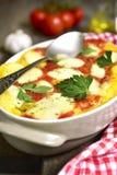 Polenta som bakas med tomaten och ost Royaltyfri Fotografi
