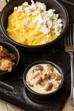 Polenta ucraniano típico del plato - Banosh con queso y manteca de cerdo Cocina ucraniana gachas de avena del maíz con el tocino, imagen de archivo libre de regalías