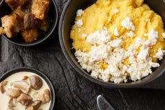 Polenta ucraniano típico del plato - Banosh con queso y manteca de cerdo Cocina ucraniana gachas de avena del maíz con el tocino, fotos de archivo libres de regalías