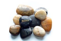 Polerade stenar med tror vaggar arkivfoto