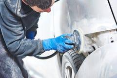 Polerande bilkropp för mekaniker Royaltyfria Foton
