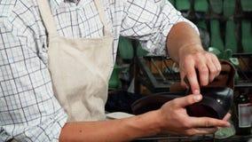 Polerande läderskor för skomakare med ett stycke av den mjuka torkduken stock video