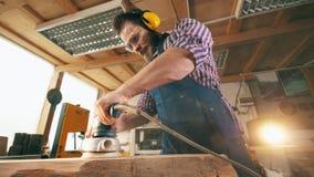 Polerat trästycke för snickeriarbetare carpenter elderly working lager videofilmer