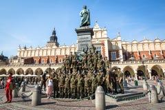 Polermedel tjäna som soldat i den fria dagen som poserar på kameran Arkivbilder