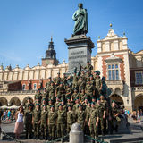 Polermedel tjäna som soldat i den fria dagen som poserar på kameran nära Adam Mickiewicz Monument på den huvudsakliga marknadsfyr Royaltyfri Bild
