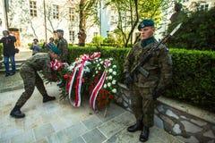 Polermedelsoldater på ceremoni av att lägga blommor till monumentet till Hugo Kollataj under ettårig växt polerar medborgaren Royaltyfri Bild